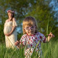 Babybauchshooting outdoor mit Familie und kleinem Kind