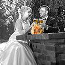 Hochzeitsfotografie in der Bischofsmuehle. Brautpaar beim Biertrinken
