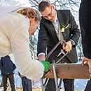 Fotoreportage Hochzeit beim Baumstammsägen