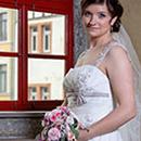 Die Braut vor dem Fenster des Lutherhauses in Neustadt/Orla