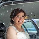 die Braut im Hochzeitsauto im Schnee