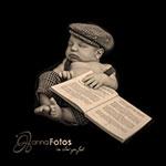 Newbornbaby mit coolem Buch unter dem Arm